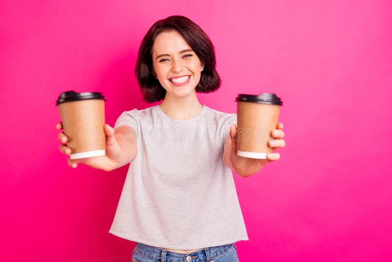 Foto de alegre linda linda linda encantadora y atractiva novia dulce sonriendo todosamente proponiendo la elección de dos cafés fotos de archivo
