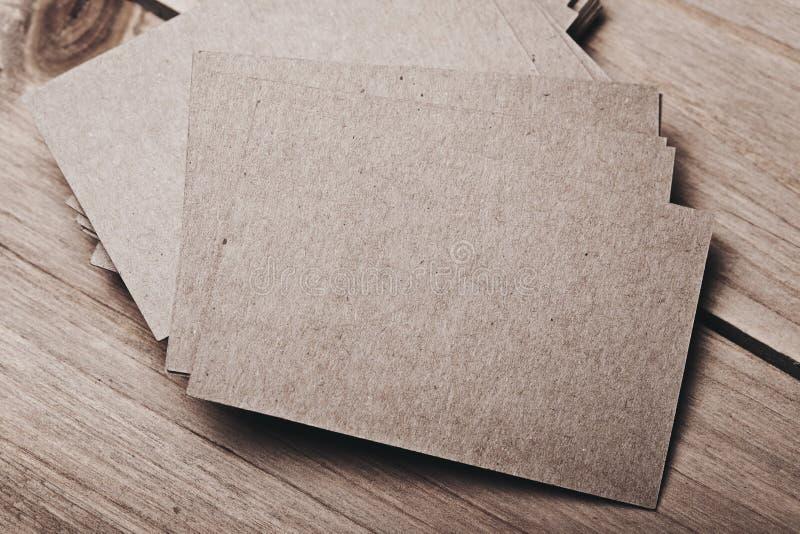 Foto de cartões vazios na tabela de madeira fotografia de stock royalty free