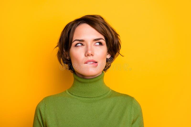 Foto de cierre de asombroso peinado corto señora morder los labios buscando espacio vacío tienen dudas de que el pensamiento prof foto de archivo libre de regalías