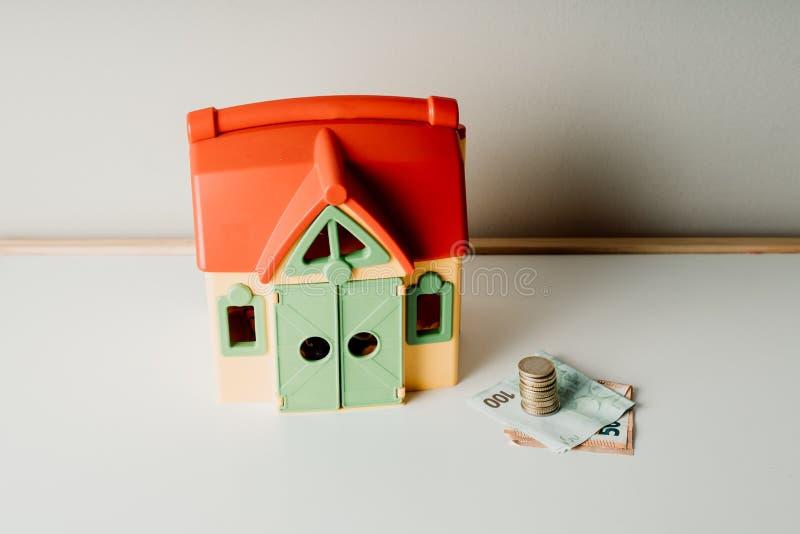 Foto de compra-venta de la acción de dinero de la inversión inmobiliaria del precio del préstamo de hipoteca de la casa imagen de archivo