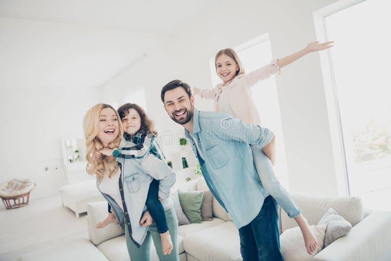 Foto de cuatro miembros de la familia que hacen que el mejor tiempo libre finja los apartamentos divertidos del aeroplano del vue fotos de archivo