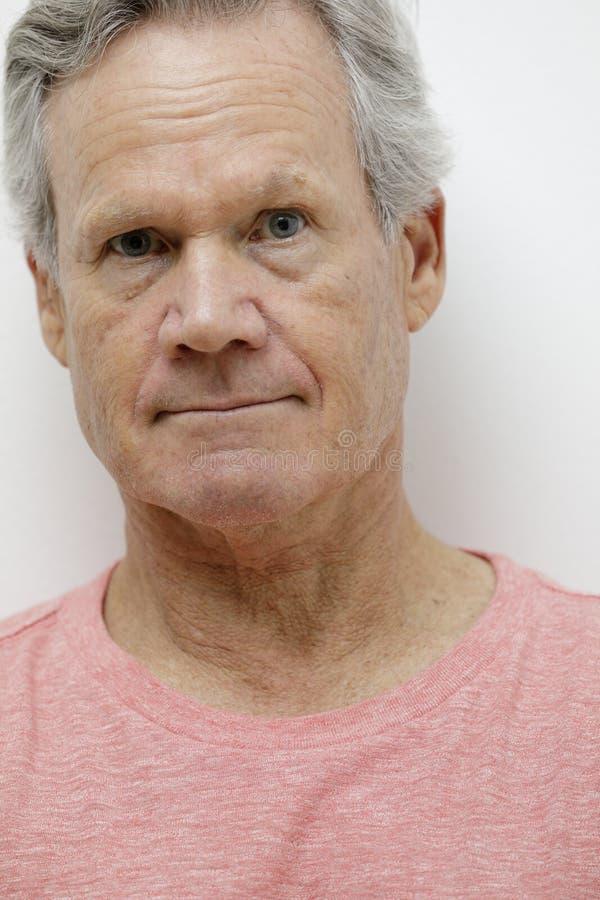 Foto de destello de un hombre de 65 años hermoso fotografía de archivo