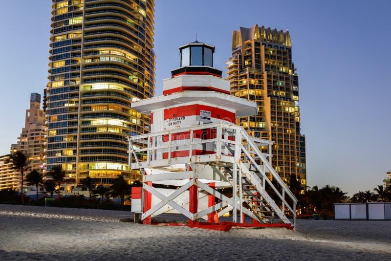 Foto de destello de un soporte del salvavidas de Miami Beach con los condominios del highrise en fondo foto de archivo