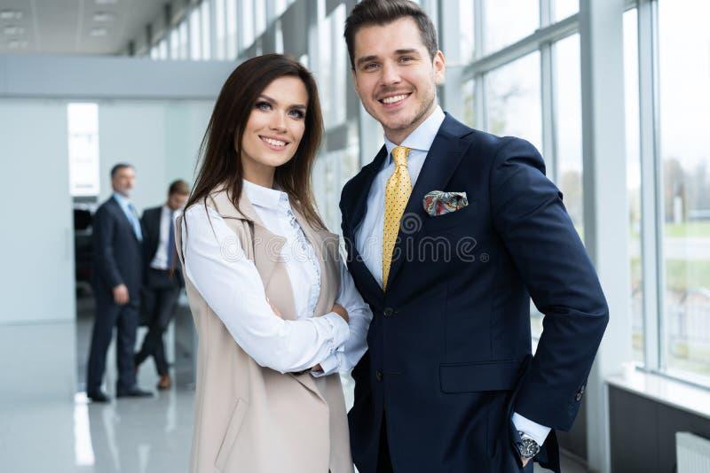 Foto de dois colegas que discutem sobre o projeto no escrit?rio fotos de stock royalty free