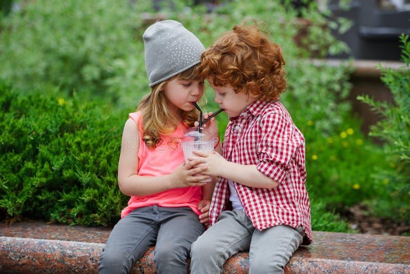 Foto de dois modernos bonitos imagens de stock royalty free