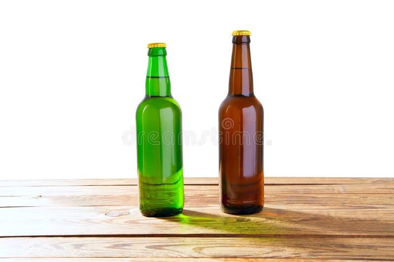 Foto de duas garrafas de cerveja completas diferentes sem etiquetas O trajeto de grampeamento separado para cada garrafa incluiu  imagem de stock