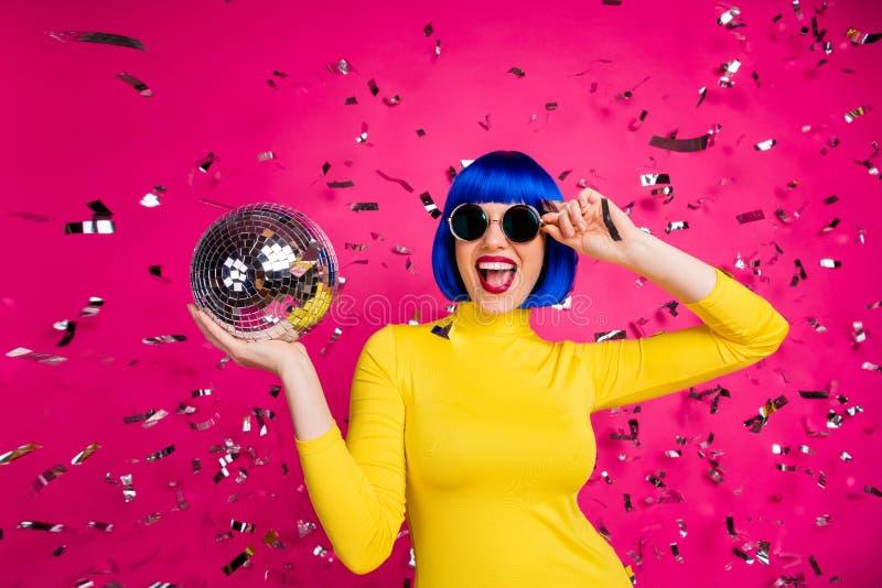 Foto de emociones bellas discoteca de dama discoteca discoteca confetti caída vestir las especificaciones retro amarillo imagen de archivo libre de regalías
