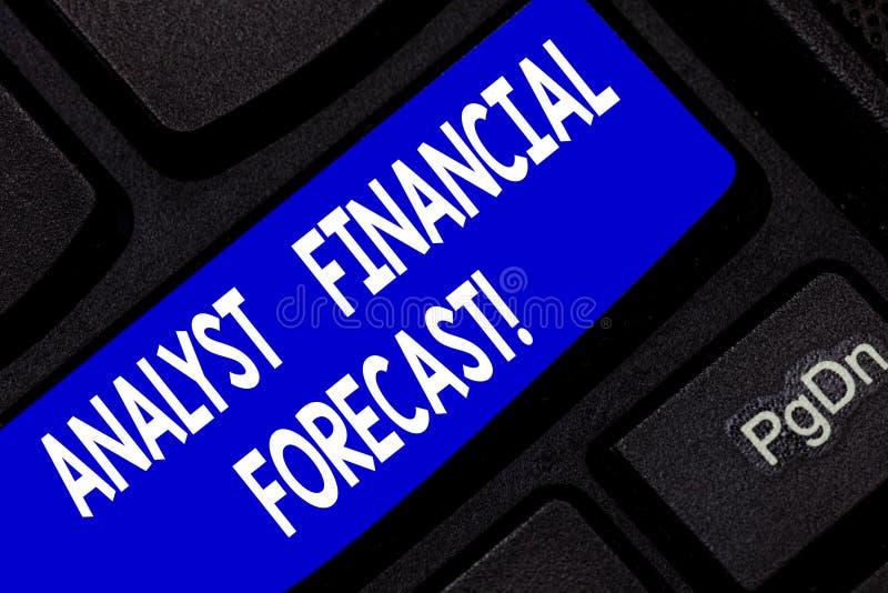 A foto de Financial Forecast Conceptual do analista da exibição do sinal do texto calcula os resultados financeiros futuros de um imagem de stock royalty free