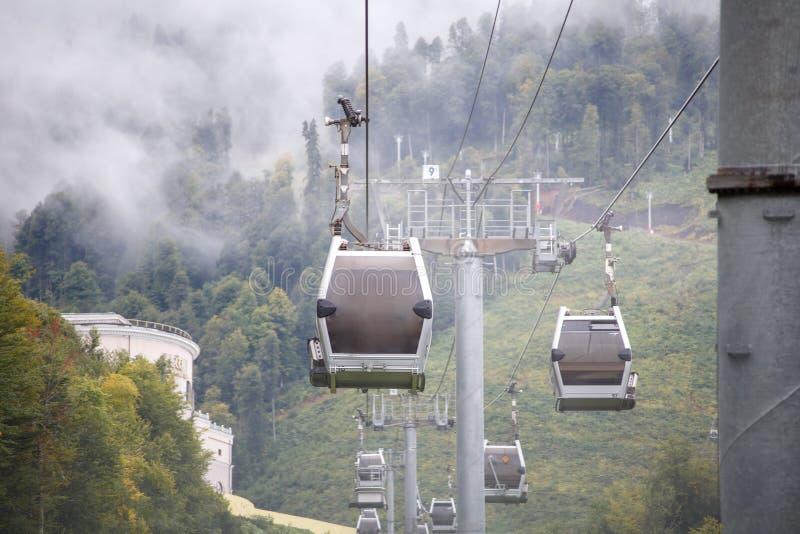 Foto de funicular en cuesta de montaña fotos de archivo