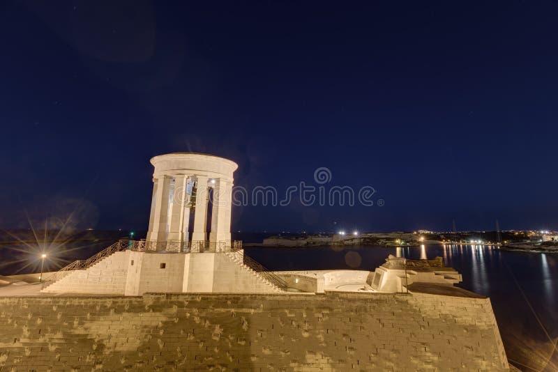 Foto de HDR do memorial de guerra na noite, Valletta de Bell do cerco, Malta fotografia de stock royalty free