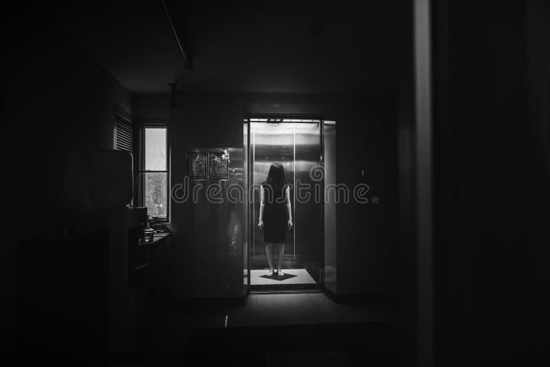 Foto de horror de mujer en el ascensor fotos de archivo libres de regalías