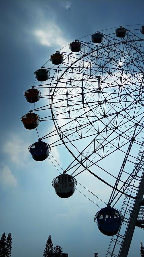 Foto 15 de junio de 2019, Taman Legenda, TMII, Yakarta Oriental, Indonesia, foto con perspectiva de bajo ángulo, Feris Wheel fotos de archivo libres de regalías