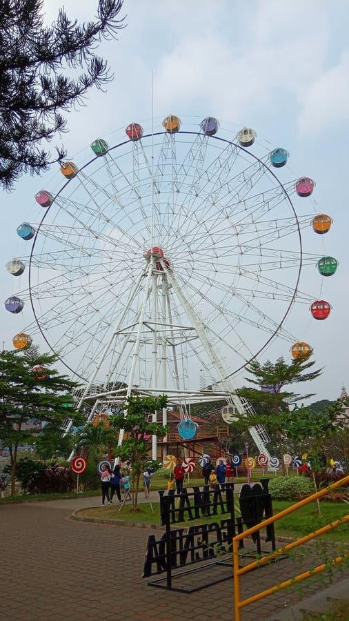 Foto 15 de junio de 2019, Taman Legenda, TMII, Yakarta Oriental, Indonesia, foto con perspectiva de bajo ángulo, Feris Wheel fotografía de archivo libre de regalías