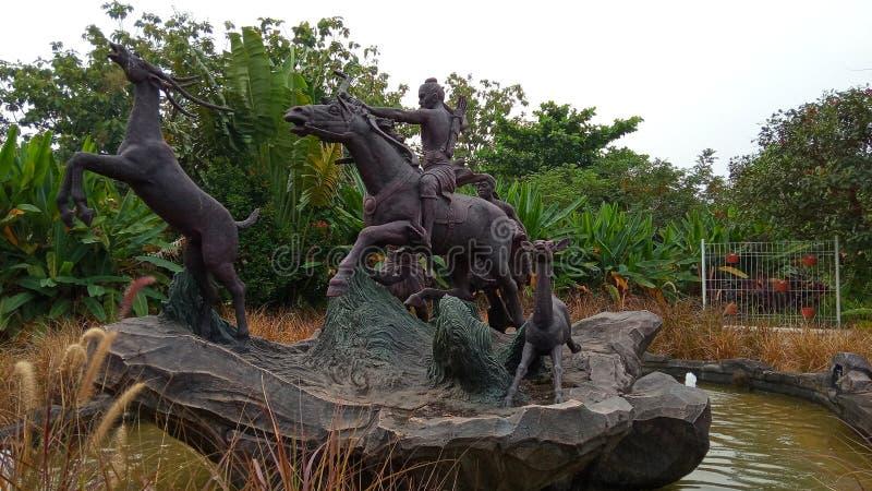Foto, 15 de junio de 2019, Taman Legenda, TMII, Yakarta Oriental, Indonesia, Estatua de Raden / Príncipe Panji, Caballo en bicicl fotos de archivo