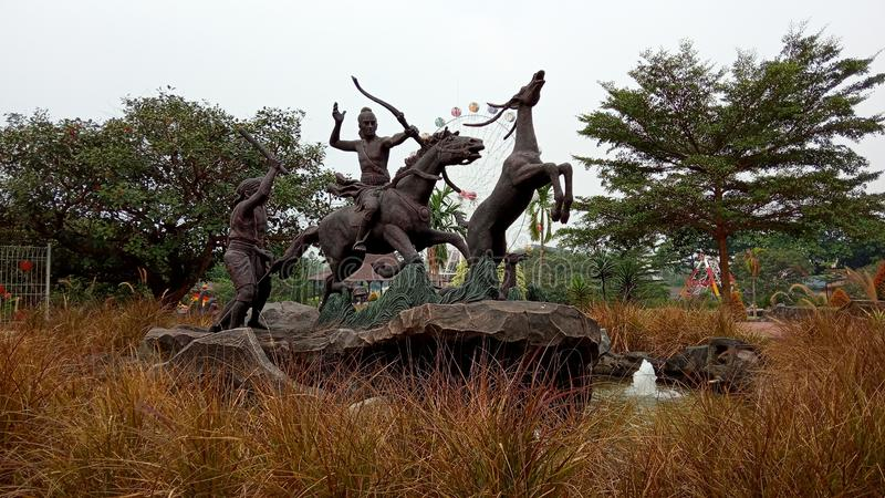 Foto, 15 de junio de 2019, Taman Legenda, TMII, Yakarta Oriental, Indonesia, Estatua de Raden / Príncipe Panji, Caballo en bicicl imagen de archivo libre de regalías