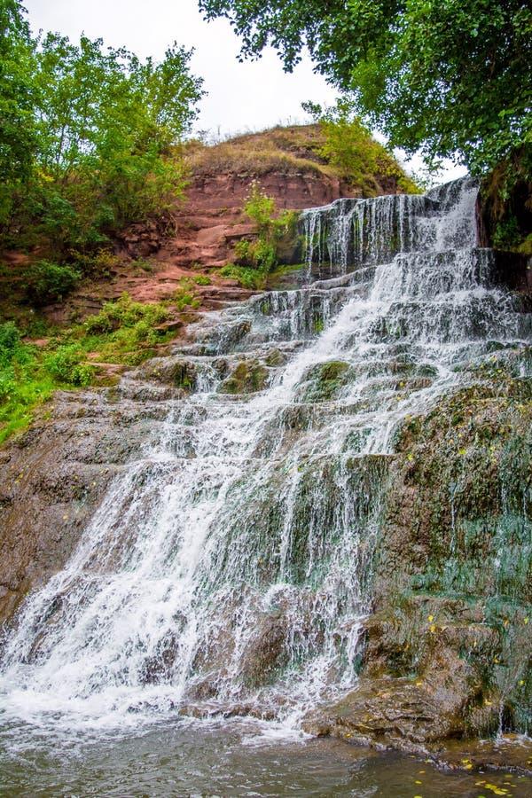 Foto de la alta cascada en las montañas fotos de archivo libres de regalías