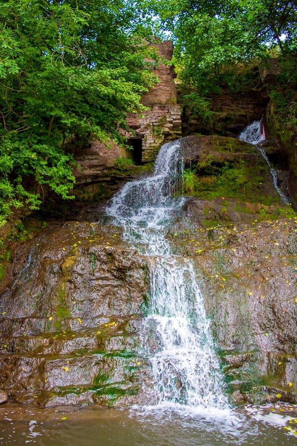 Foto de la alta cascada en las montañas imágenes de archivo libres de regalías