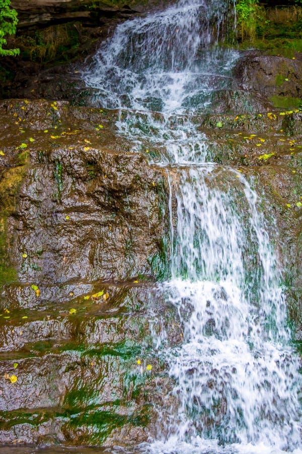 Foto de la alta cascada en las montañas imagen de archivo