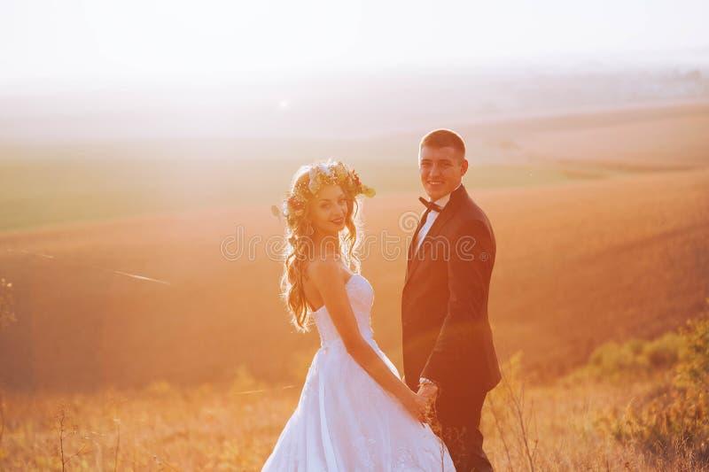 Foto de la bella arte de un par atractivo de la boda imagen de archivo