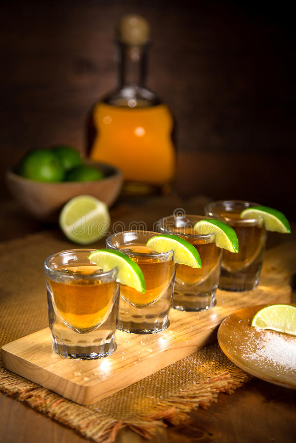 Foto de la bella arte del tequila y de los vasos de medida del licor del alcohol imagen de archivo