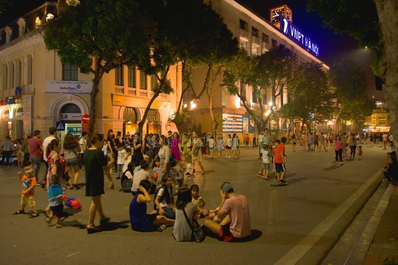 Foto de la calle de la noche de las calles de Hanoii, imagen de archivo
