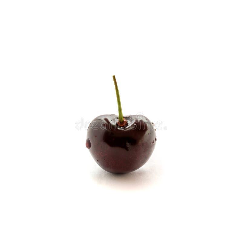 Foto de la cereza roja con descensos de la cola y del agua aislada en el fondo blanco foto de archivo libre de regalías