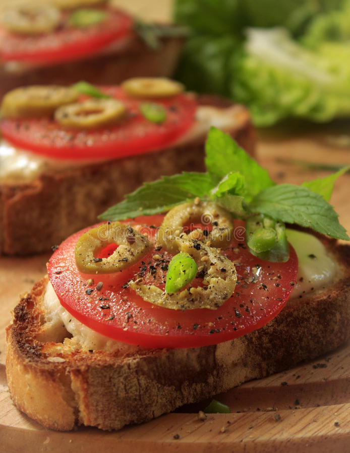 Foto de la comida con los tomates en tostada fotografía de archivo libre de regalías