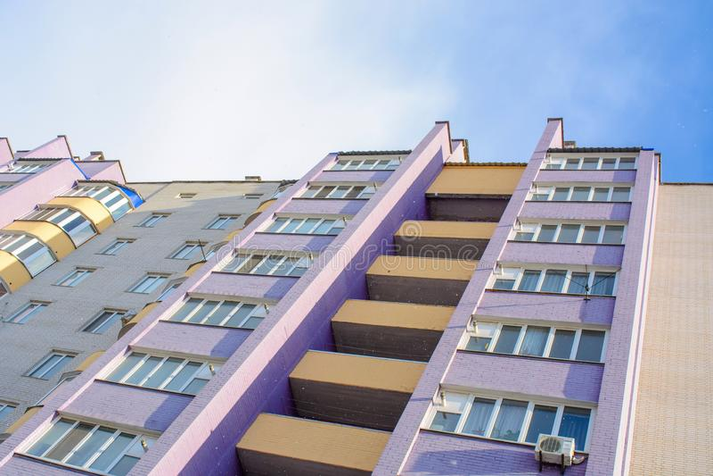 Foto de la construcción de viviendas moderna blanca violeta imagen de archivo
