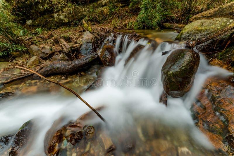 Foto de la corriente lechosa en Himalaya - cascada del agua imagen de archivo