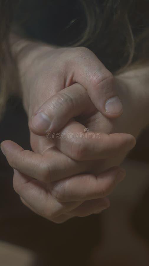 Foto de la depresión de la psicosis de la salud mental Las manos del primer se encogen de los nervios Entonando, foco oscuro, sel imagenes de archivo