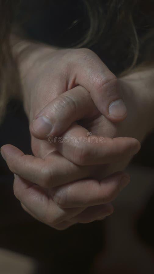Foto de la depresión de la psicosis de la salud mental Las manos del primer se encogen de los nervios Entonando, foco oscuro, sel foto de archivo libre de regalías