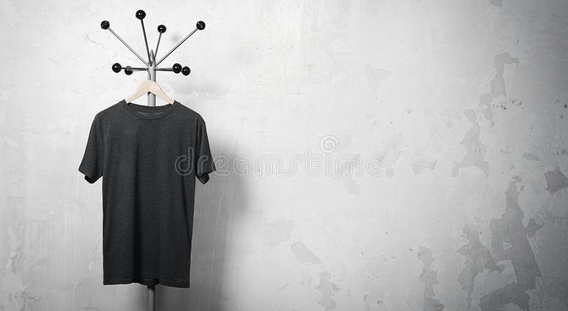 Foto de la ejecución negra de la camiseta en la suspensión horizontal imagenes de archivo