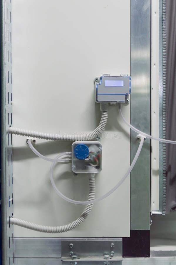 Foto de la exhibición del sensor industrial de la presión diferenciada colocado en el aire que maneja el cuerpo de la unidad fotos de archivo