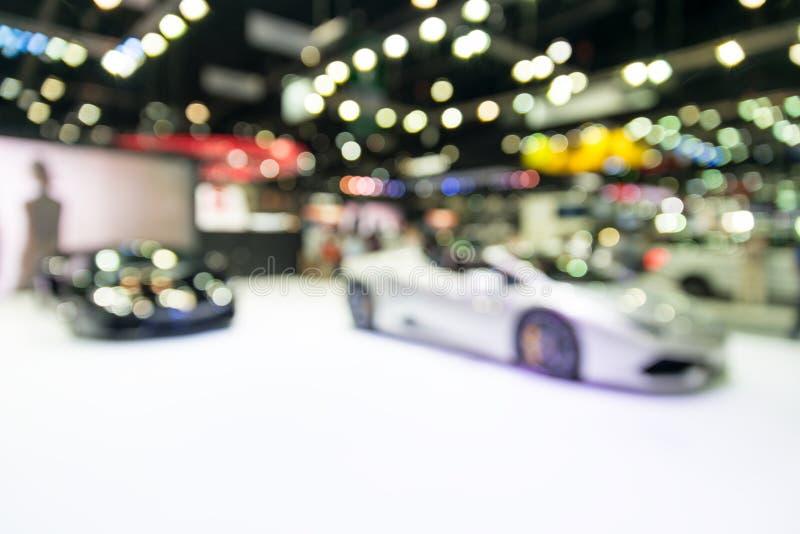 Foto de la falta de definición de la sala de exposición del coche con el bokeh fotos de archivo
