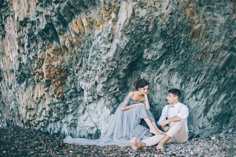 Foto de la forma de vida de recienes casados cerca del mar imagen de archivo