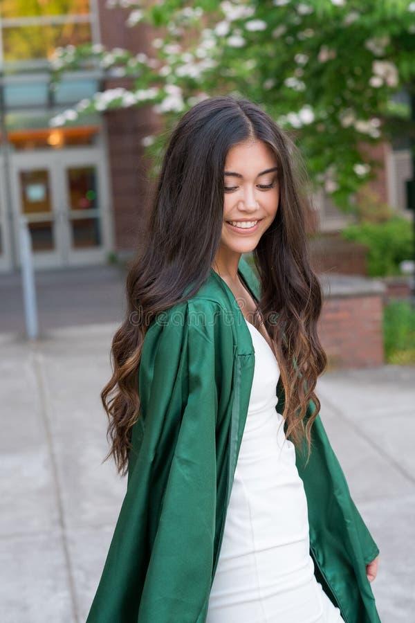 Foto de la graduación de la universidad en campus universitario imagen de archivo