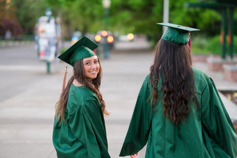 Foto de la graduación de la universidad en campus universitario fotografía de archivo libre de regalías