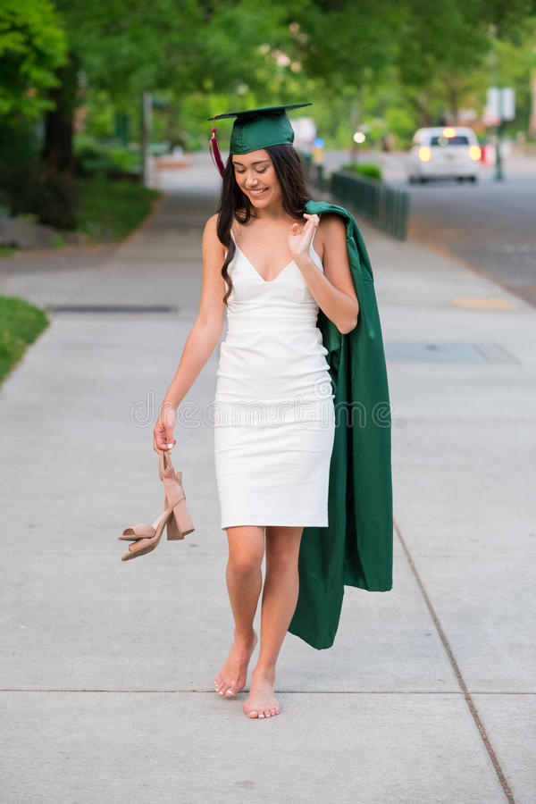 Foto de la graduación de la universidad en campus universitario imagenes de archivo