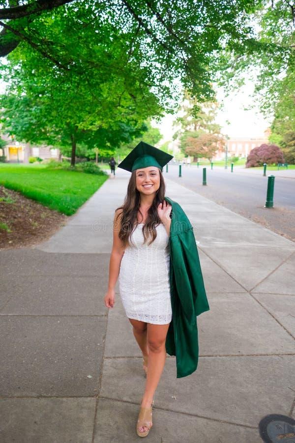 Foto de la graduación de la universidad en campus universitario fotos de archivo libres de regalías