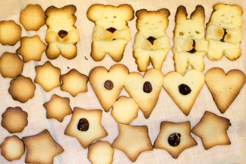 Foto de la hornada hecha en casa divertida, galletas de torta dulce dulces con la nuez foto de archivo libre de regalías