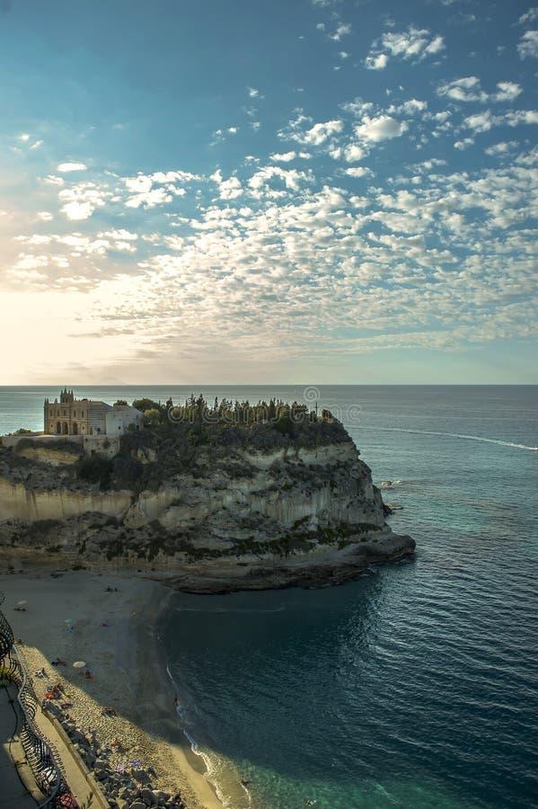 Foto de la iglesia en la isla rocosa en Tropea, Italia fotografía de archivo libre de regalías