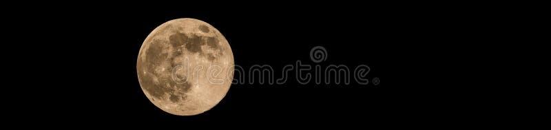 Foto de la lleno-luna con el color amarillo suave cráteres visibles fotografía de archivo libre de regalías