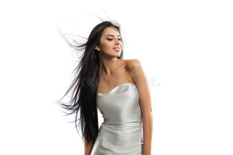 Foto de la moda de la belleza de la muchacha hermosa joven en un paño del blanco del vuelo fotografía de archivo