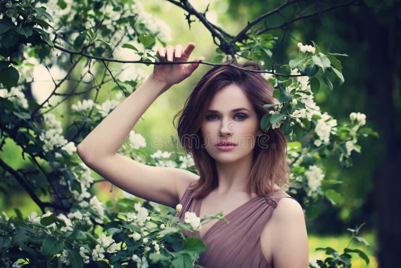 Foto de la moda de la mujer hermosa en primavera imagen de archivo