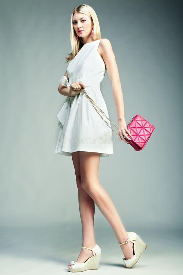 Foto de la moda de la mujer magnífica joven Muchacha con el bolso imágenes de archivo libres de regalías