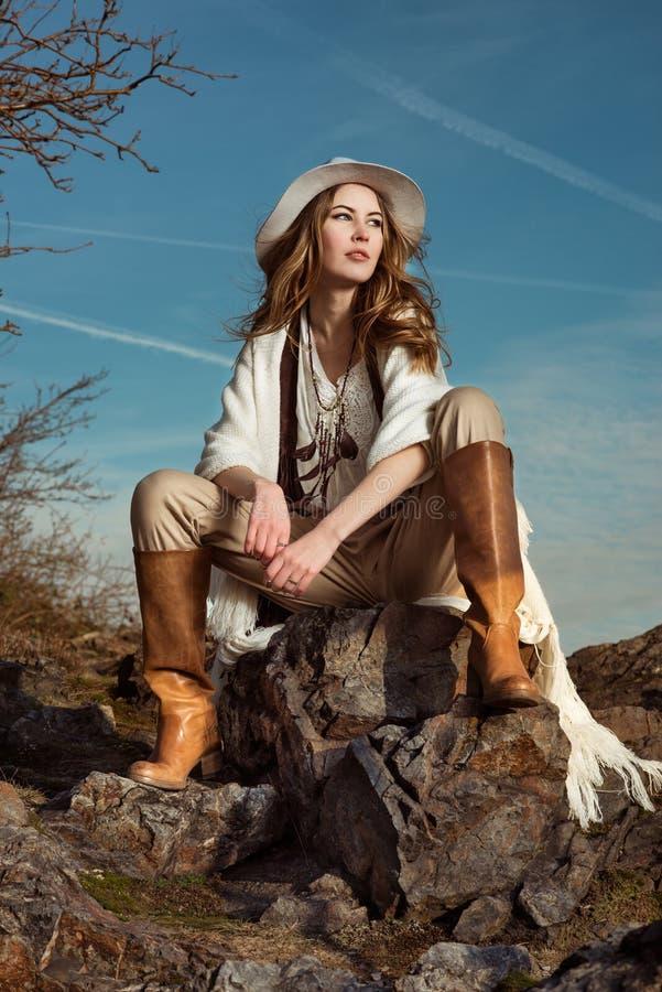 Foto de la moda de la mujer modelo en montaña imagen de archivo
