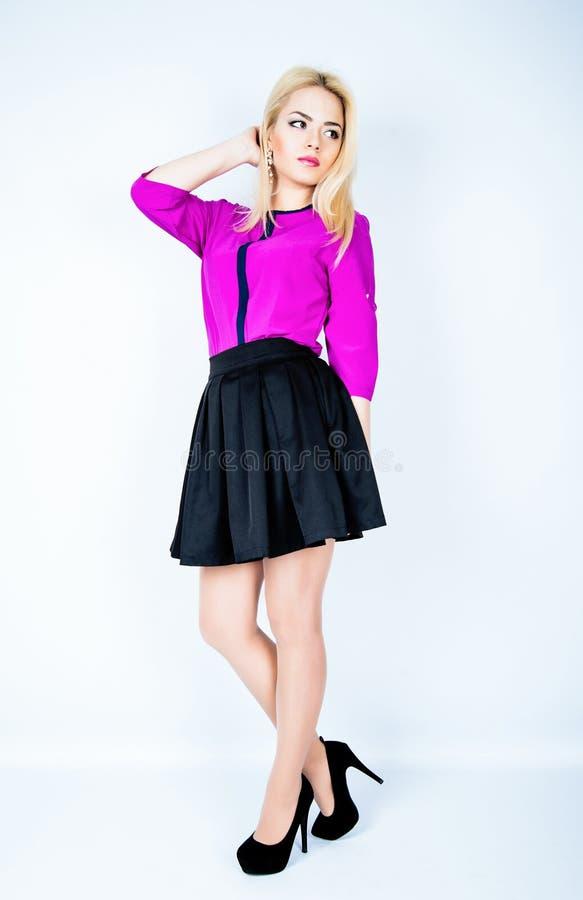 Foto de la moda de la presentación de la chica joven Lanzamiento del estudio fotografía de archivo