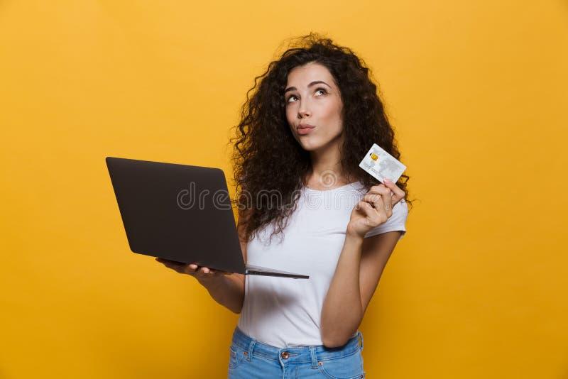 Foto de la mujer caucásica 20s que lleva la ropa casual que lleva a cabo el blac fotos de archivo libres de regalías