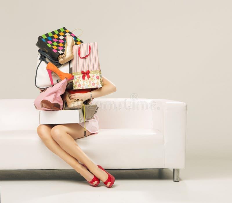 Foto de la mujer con la pared de las compras foto de archivo