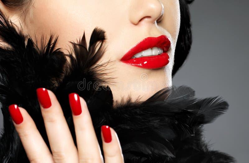 Foto de la mujer con los clavos y los labios rojos de la manera fotos de archivo libres de regalías